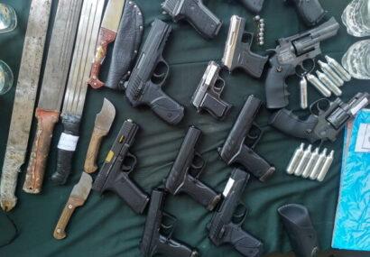 انهدام باند قاچاق سلاح در لرستان/ کشف ۱۶۳ قبضه سلاح و دستگیری ۱۵ نفر